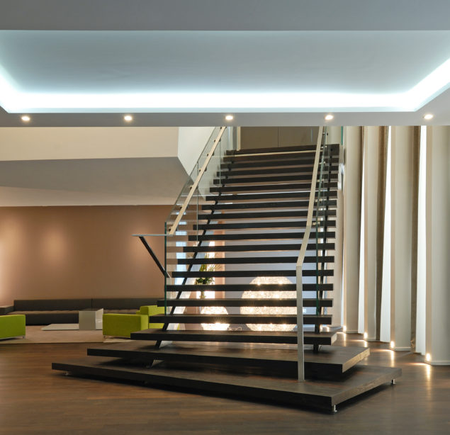 Escalier droit sur mesure en acier et garde-corps verre