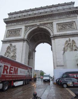 Camion escaliers REM devant arc de triomphe