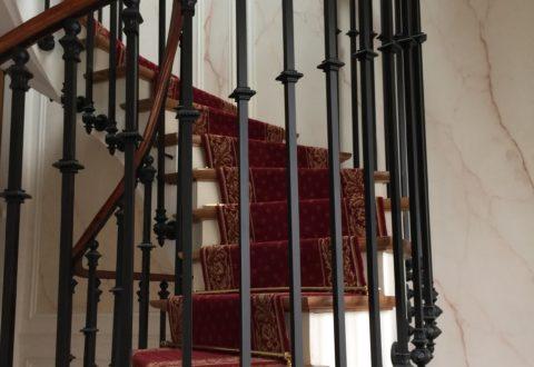 Escalier balancé à barreaudage, dans un style haussmanien.