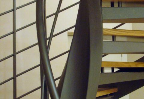 Zoom sur le fût central débillardé d'un escalier