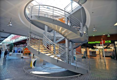 Escalier à double révolution dans le centre commercial vinci le millénaire