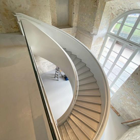 escalier balance acier béton verre