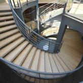 escalier métallique avec marches en bois vu du dessus.