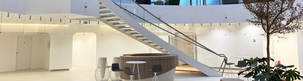 Projet réalisé dans le courant de l'année 2020 : un escalier balancé au sein de l'immeuble Canopy, La Défense.