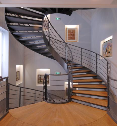 escalier balancé acier et chene massif vue sur un niveau palier en pétales
