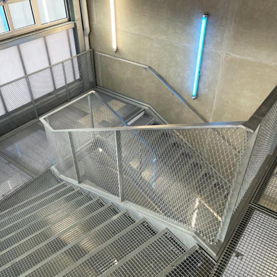 marches caillebotis escalier acier galvanisé garde corps metal déployé